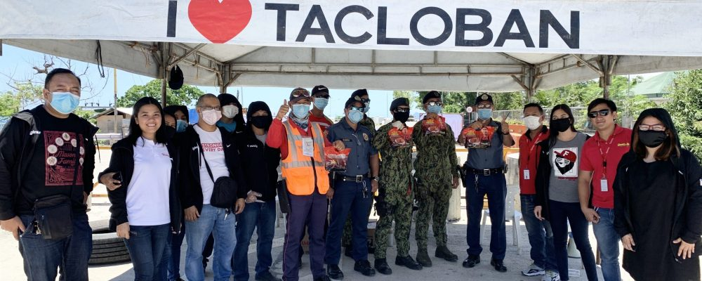 Chooks-to-Go gives roasted chicken to Tacloban's checkpoint personnel