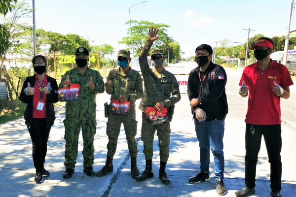 BAVI gives Chooks-to-Go roasted chicken to checkpoint personnel in Isabela province